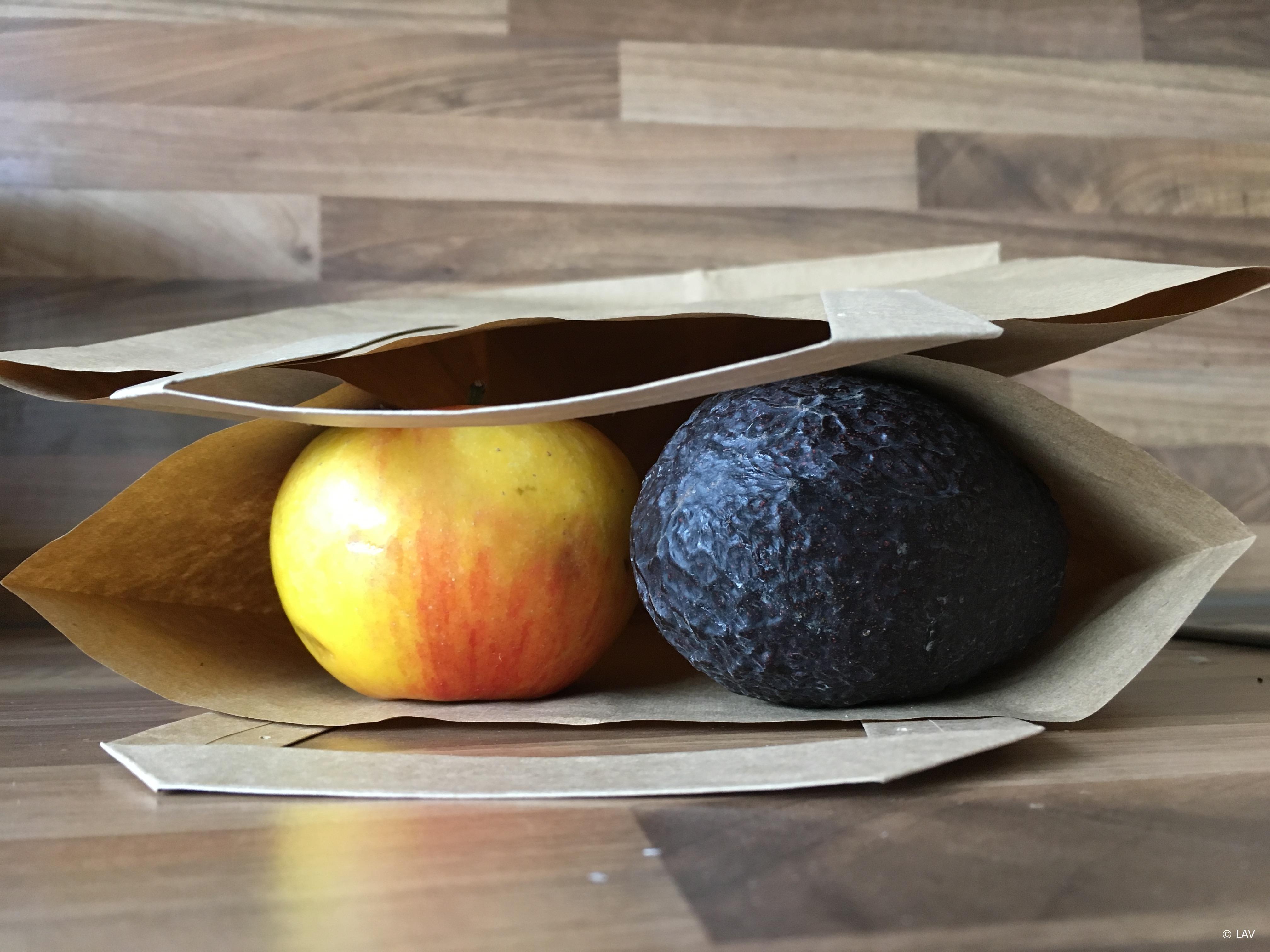 Avocado und Apfel unter einer Decke